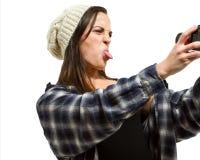 Weibliche nehmende Stockzunge heraus an der Kamera Stockfotografie