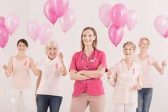 Weibliche Onkologe- und Krebsüberlebende Lizenzfreie Stockbilder