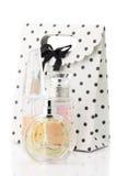Weibliche Parfüme und Tasche lizenzfreie stockfotografie