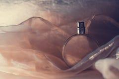Weibliche Parfümflasche lizenzfreie stockfotos