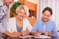 Weibliche Pensionäre mit allgemeinem Notar Stockbilder