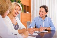 Weibliche Pensionäre, die Liste machen Stockbilder
