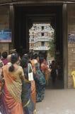 Weibliche Pilgerer in der Zeile für Shiva Tempel Lizenzfreie Stockfotografie