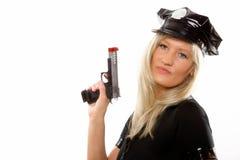 Weibliche Polizei des Porträts mit dem Gewehr lokalisiert Lizenzfreie Stockfotos