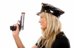 Weibliche Polizei des Porträts mit dem Gewehr lokalisiert Stockfotos