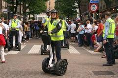 Weibliche Polizeibeamte auf Segway Stockfotografie