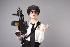 Weibliche Polizeibeamte mit Gewehr Stockbild