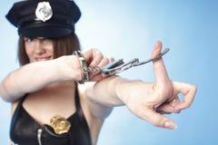 Weibliche Polizeibeamte mit Manschetten Lizenzfreies Stockfoto