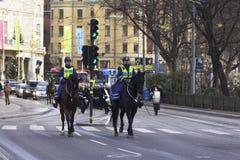 Weibliche Polizeibeamten zu Pferd Stockbild