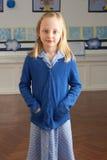 Weibliche Primärschule-Pupille, die im Klassenzimmer steht stockfotos