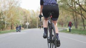 Weibliche radelnde Radfahrerbeine ein Fahrrad Folgen Sie zur?ck Schuss Beinmuskeln auf Fahrrad Radfahrenkonzept stock footage