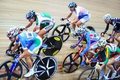 Weibliche Radfahrer reiten schnell an den Meisterschaften Lizenzfreie Stockfotos