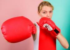 Weibliche Rechte Ich werde Sie weg treten ?berzeugt in ihrer boxenden F?higkeit Boxen, des Temperaments und des Willen zu verbess lizenzfreie stockfotografie
