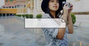 Weibliche Reise-Fotografie-Fahnen-Grafik-Konzept im Freien Lizenzfreie Stockfotografie