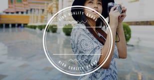 Weibliche Reise-Fotografie-Fahnen-Grafik-Konzept im Freien Stockfotos