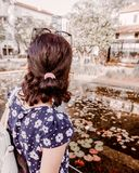 Weibliche Reise schaut auf den Gebäuden und dem Wasser im Mittelquadrat der Stadt Lizenzfreie Stockfotografie