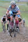 Weibliche Rennläufer-Aufstiege während des Cycloross Ereignisses Stockfotografie