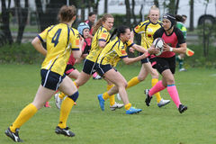 Weibliche Rugbyspieler in der Aktion Lizenzfreies Stockfoto