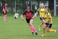 Weibliche Rugbyspieler in der Aktion Lizenzfreies Stockbild