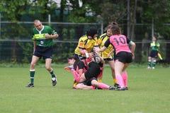 Weibliche Rugbyspieler in der Aktion Stockbilder