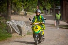 Weibliche Sanitäter, die einen Bewegungsroller fahren Stockbild