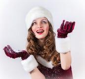 Weibliche Sankt, die ein schneebedecktes Weihnachten genießt Stockfotos