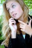 Weibliche Schönheit auf Mobiltelefon Stockfotos