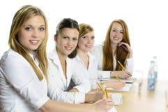 Weibliche Schüler, die am Schreibtisch studieren Lizenzfreies Stockfoto
