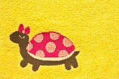Weibliche Schildkröte mit gelbem Hintergrund Stockfoto