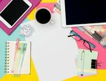 Weibliche Schreibtisch-Funktions-Raum-Ebenen-Lage Draufsichtfoto des Arbeitsplatzes mit dem leeren Blatt Papier Spott hoch und Mo stockfoto