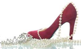 Weibliche Schuhe auf einem weißen Hintergrund Stockfotos