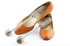 Weibliche Schuhe der roten Farbe des Ingwers und Schuhauflagen Stockbild