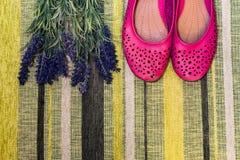 Weibliche Schuhe und Blumen Lizenzfreies Stockfoto