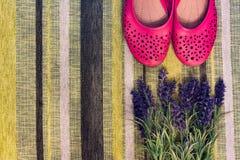 Weibliche Schuhe und Blumen Stockfoto