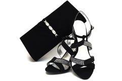 Weibliche Schuhe und Handtasche des schwarzen Veloursleders mit Pasten Stockfoto