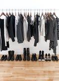 Weibliche Schwarzweiss-Kleidung und Schuhe Stockfotos