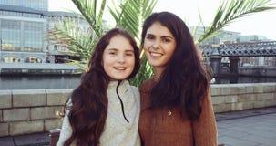 Weibliche Schwestern auf den Feiertags-, jungen und schönenmädchen, die Spaß im Urlaub, zwei glückliche Schwestern lächeln an der stock video