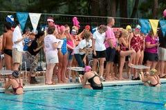 Weibliche Schwimmer bereiten vor sich, Rückenschwimmen-Rennen zu beginnen Lizenzfreies Stockbild