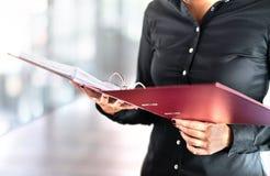 Weibliche Sozialarbeiter-, Detektiv- oder Geschäftsfraulesedateien lizenzfreie stockfotografie