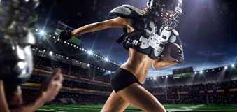 Weibliche Spieler des amerikanischen Fußballs in der Aktion Lizenzfreie Stockbilder