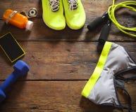 Weibliche Sportausrüstung auf einem hölzernen Hintergrund Lizenzfreie Stockbilder