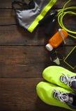 Weibliche Sportausrüstung auf einem hölzernen Hintergrund Trägt Einzelteile zur Schau: sne Stockbilder