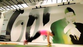 Weibliche sportive Durchführungsübungen mit Gewichten stock footage
