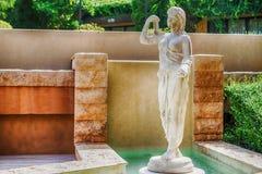 Weibliche Statue gebildet vom Marmor Dekorative Gärten Stockbild