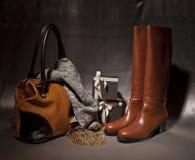Weibliche Stiefel der Zusammensetzung decoreted mit atumn acsessuares Stockfoto