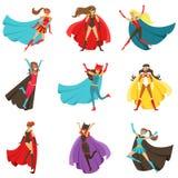 Weibliche Superhelden in den klassischen Comics-Kostümen mit den Kapen eingestellt von lächelnden flachen Zeichentrickfilm-Figure Stockbilder