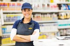 Weibliche Supermarktarbeitskraft Stockfoto