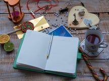 Weibliche Tabelle der Arbeitskraft mit Kalender, Alice im Märchenland lizenzfreie stockfotografie