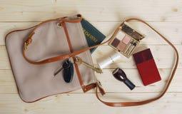 Weibliche Tasche mit Sachen Stockfotografie