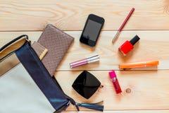 Weibliche Tasche und Kosmetik zerstreut Stockfoto